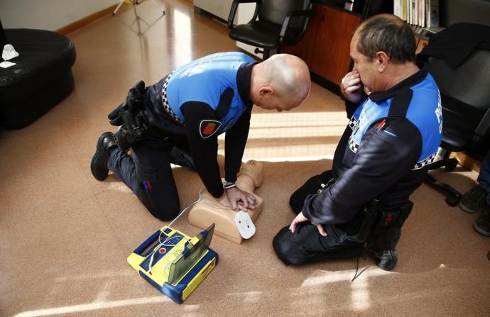 Agentes de Policía de Barañáin reaniman a una vecina de 61 años con parada cardíaca