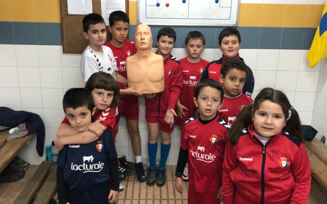 Los alumnos y alumnas de la escuela de fútbol reciben formación en primeros auxilios